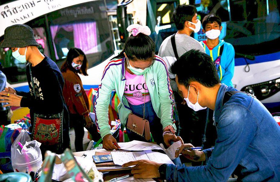 Oameni din Laos în Thailanda, la un punct de control, foto: Guliver/gettyimages