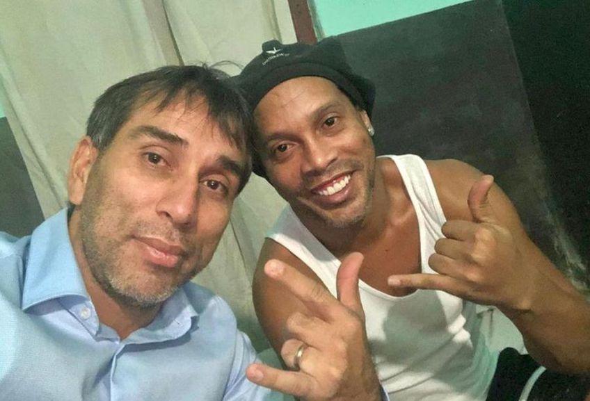 Ronaldinho (dreapta) și Nelson Cuevas (stânga) în închisoarea din Paraguay // sursă foto: twitter