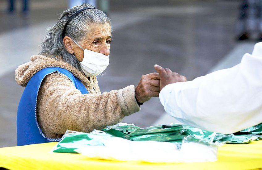 Sunt clipe grele în întreaga lume. Aici, o altă bătrânică, din Santiago de Chile, foto: Guliver/gettyimages