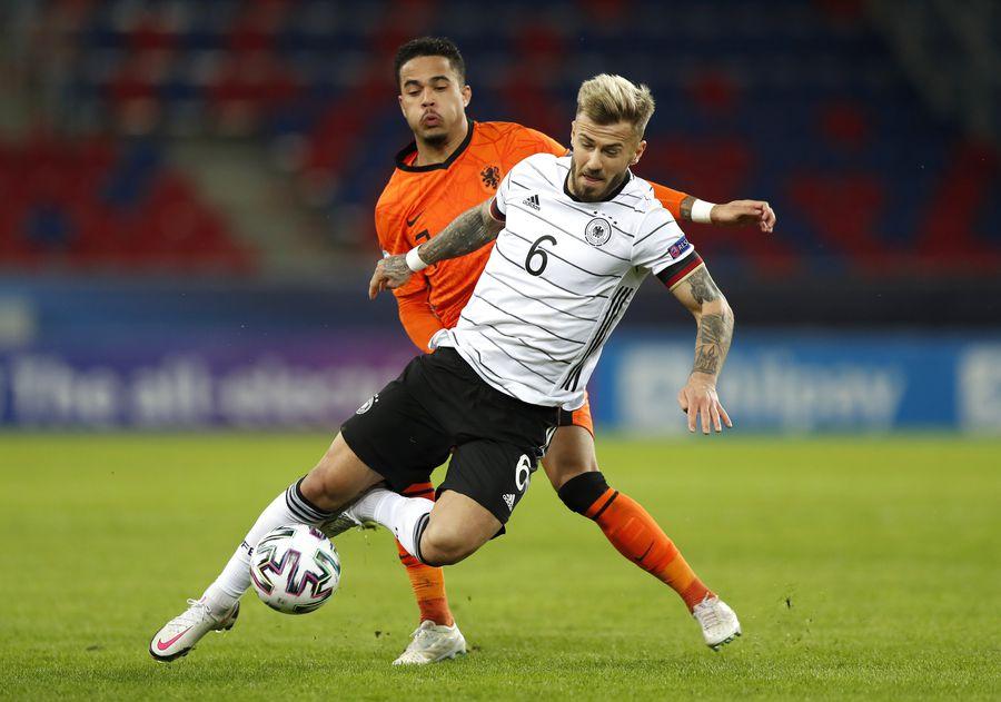 Mijlocașul Niklas Dorsch (tricou alb-negru) n-a avut dificultăți în a se impune în duelurile cu puternicii olandezi. El a făcut junioratul la Bayern Munchen, iar din 2020 evoluează în Belgia, la Gent FOTO Guliver/Gettyimages