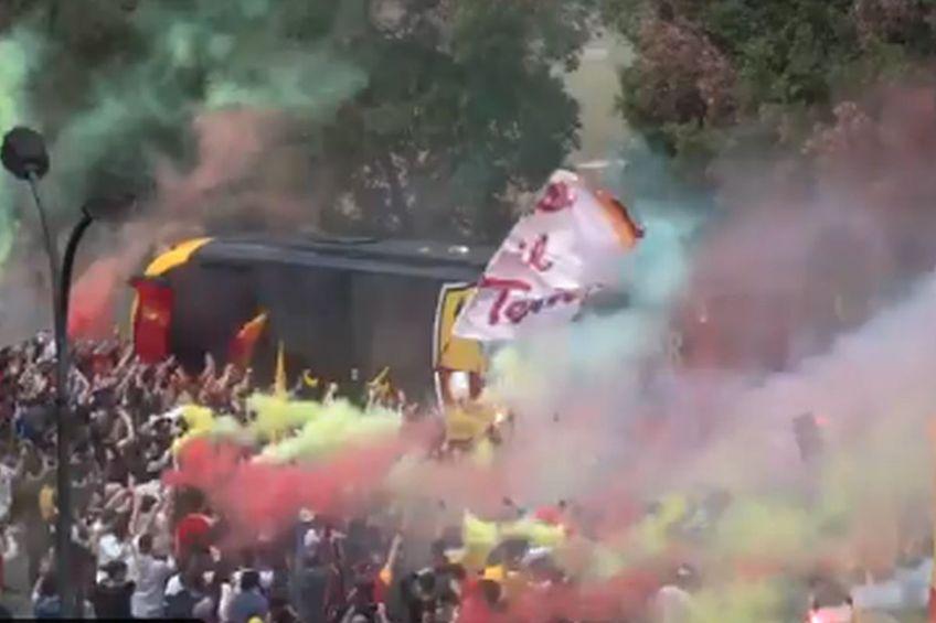 Autocarul cu jucătorii Romei a trecut cu dificultate de marea de fani giallorossi // foto: captură Twitter @ OfficialASRoma