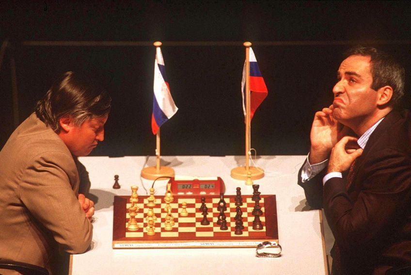 Garry Kasparov, alături de Anatoly Karpov. foto: Guliver/Getty Images