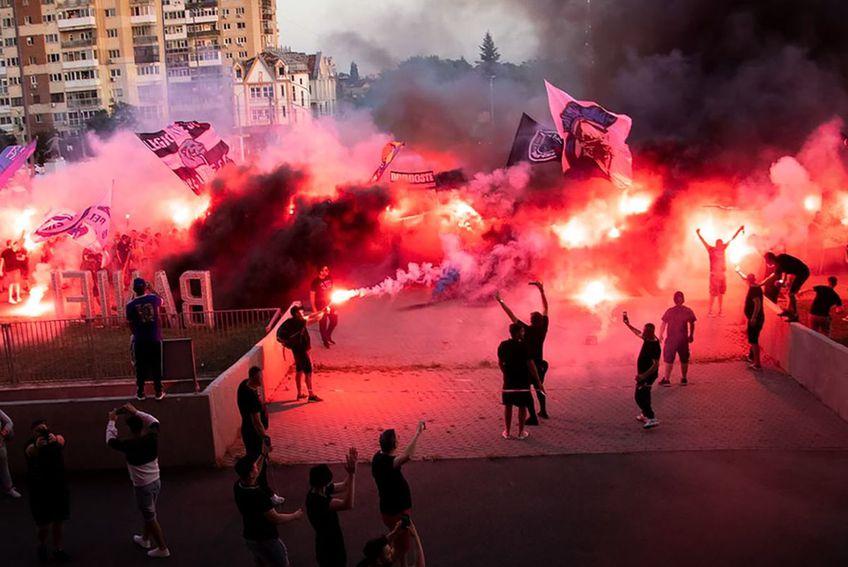 Fanii celor de la FC U Craiova sărbătorind promovarea în Liga 1 / FOTO: facebook.com/FCUniversitateaOFFICIAL