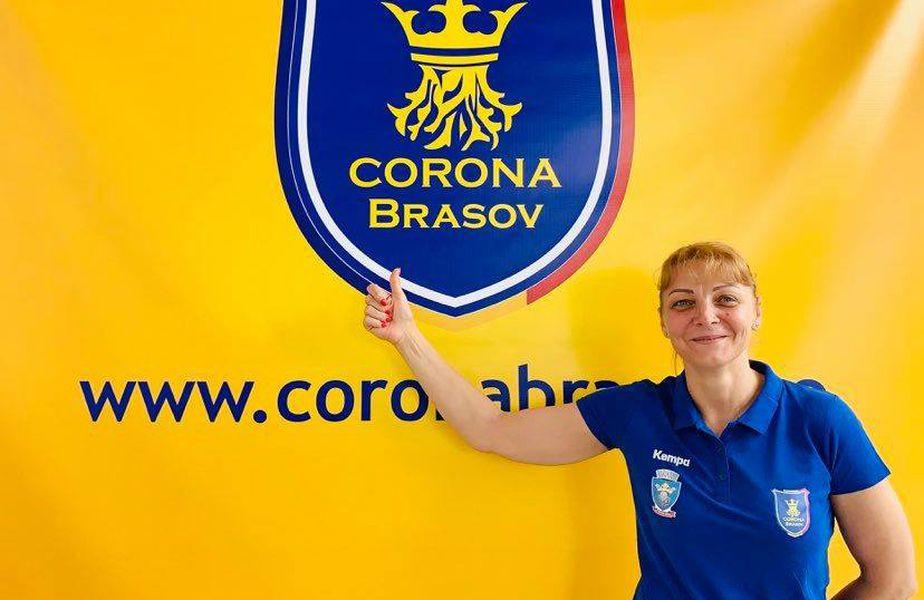 Simona Gogîrlă pozând lângă sigla clubului