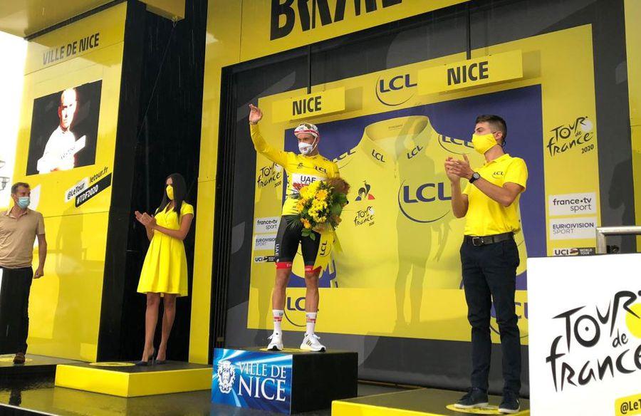 Kristoff pe podium, cu mască și cu prețiosul tricou galben