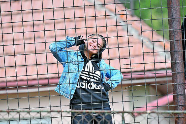 De după gard, o fană a gazdelor i-a zâmbit fotoreporterului GSP