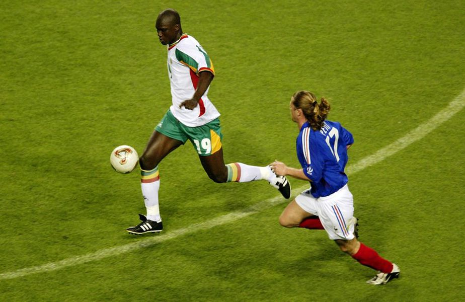 Papa Bouba Diop (tricou alb), în Senegal - Franța 1-0 // foto: Guliver/gettyimages