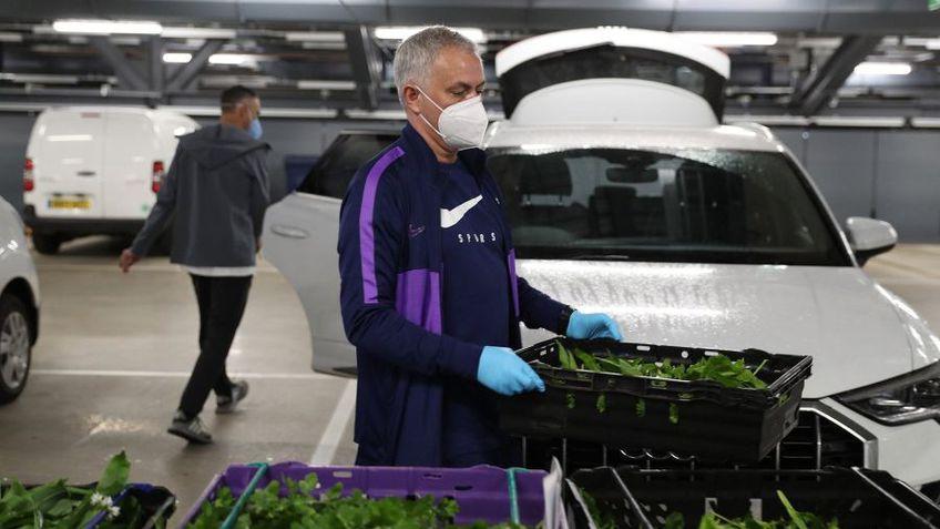 Jose Mourinho transportă lădițe cu legume pentru persoanele aflate la izolare