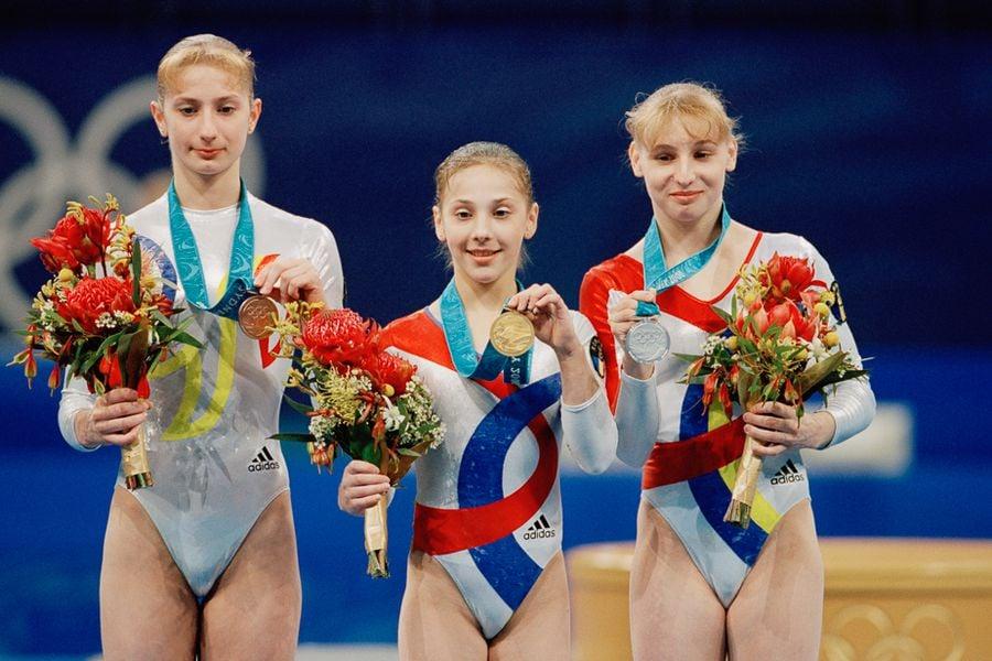 Podiumul din concursul de la individual compus cu Maria Olaru, Andreea Răducan și Simona Amânar FOTO Guliver/GettyImages