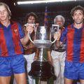 Quini (dreapta), alături de Bernd Schuster (stânga), prezintă Cupa Regelui, unul din puținele trofee cucerite la Barcelona // Foto: Imago
