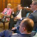 premierul Ludovic Orban, împreună cu mai mulți miniștri din cabinetul liber, fumează și încalcă măsurile de distanțare socială în Palatul Victoria