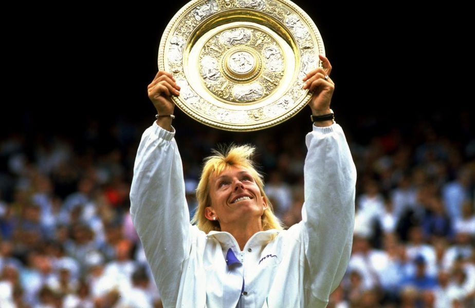 Martina Navratilova cu trofeul de la Wimbledon  FOTO Guliver/GettyImgaes