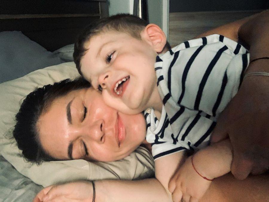O imagine specială mamă-fiu, Andreea și micul Adam zâmbind fericiți