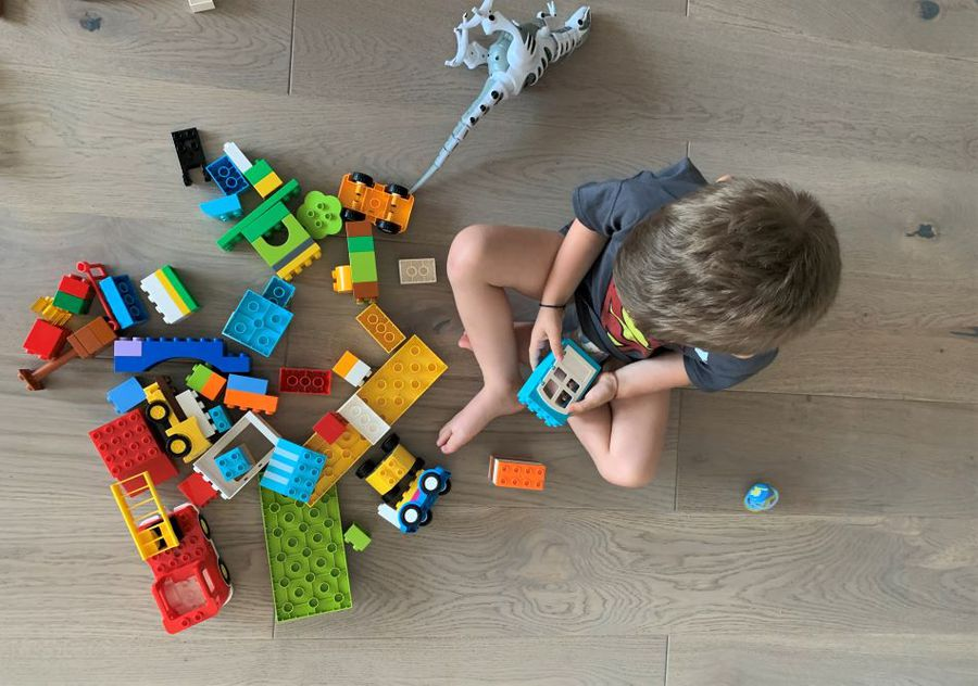 Adam captivat de piesele de Lego