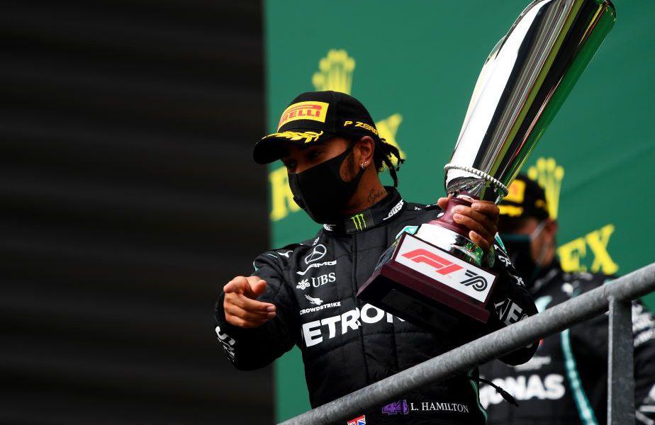 Lewis Hamilton cu trofeul de la Spa-Francorchamps Foto Guliver/GettyImages