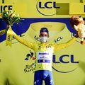 Julian Alaphilippe sărbătorește în galben Foto A.S.O./Alex Broadway
