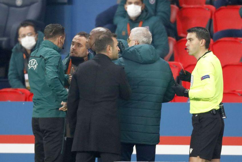Okan Buruk (palton negru), la PSG - Istanbul Basaksehir // foto: Reuters