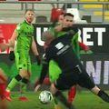 """Gazonul de pe arena """"Francisc Neuman"""" a pus probleme tuturor celor implicați în UTA - Dinamo."""