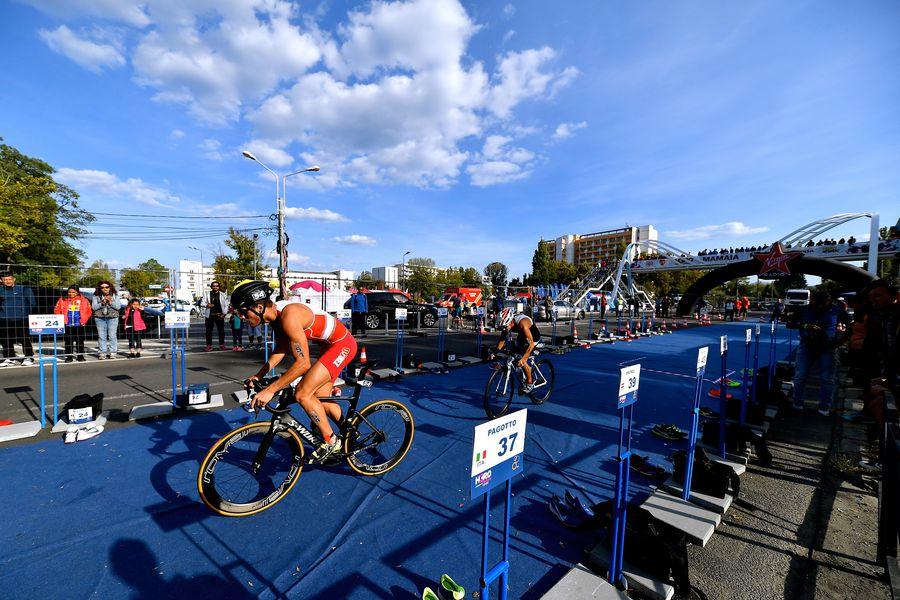 Imagine din timpul bucății de ciclism din triatlonul de la Mamaia FOTO Radu Cristi