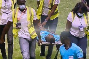 Incident tulburător la un meci din Preliminariile Cupei Africii » Arbitrul n-a vrut să oprească meciul, dar a leșinat pe teren!