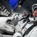 Capsula Crew Dragon, în care se află cunoscuții astronauți Doug Hurley și Bob Behnken, va ajunge azi pe Stația Spațială Internațională. Sursă foto: Twitter Space X