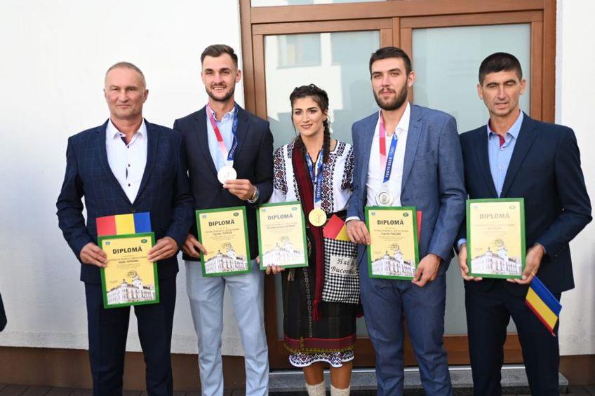 Antrenorii Vasile Avrămia, și Ion Despa, alături de canotorii descoperiți: Ancuța Bodnar, Ciprian Tudosă și Cosmin Pascari FOTO  Monitorul de Suceava
