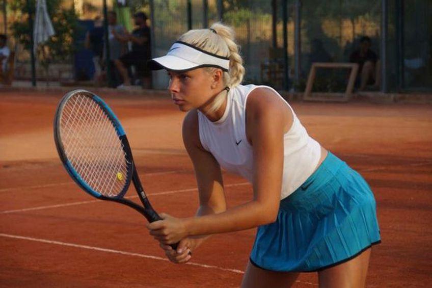 Angelina Graovac (19 ani), jucătoare de tenis din Australia, încearcă să își finanțeze cariera printr-o metodă mai puțin ortodoxă. Vinde fotografii nud pe o platformă pentru adulți.